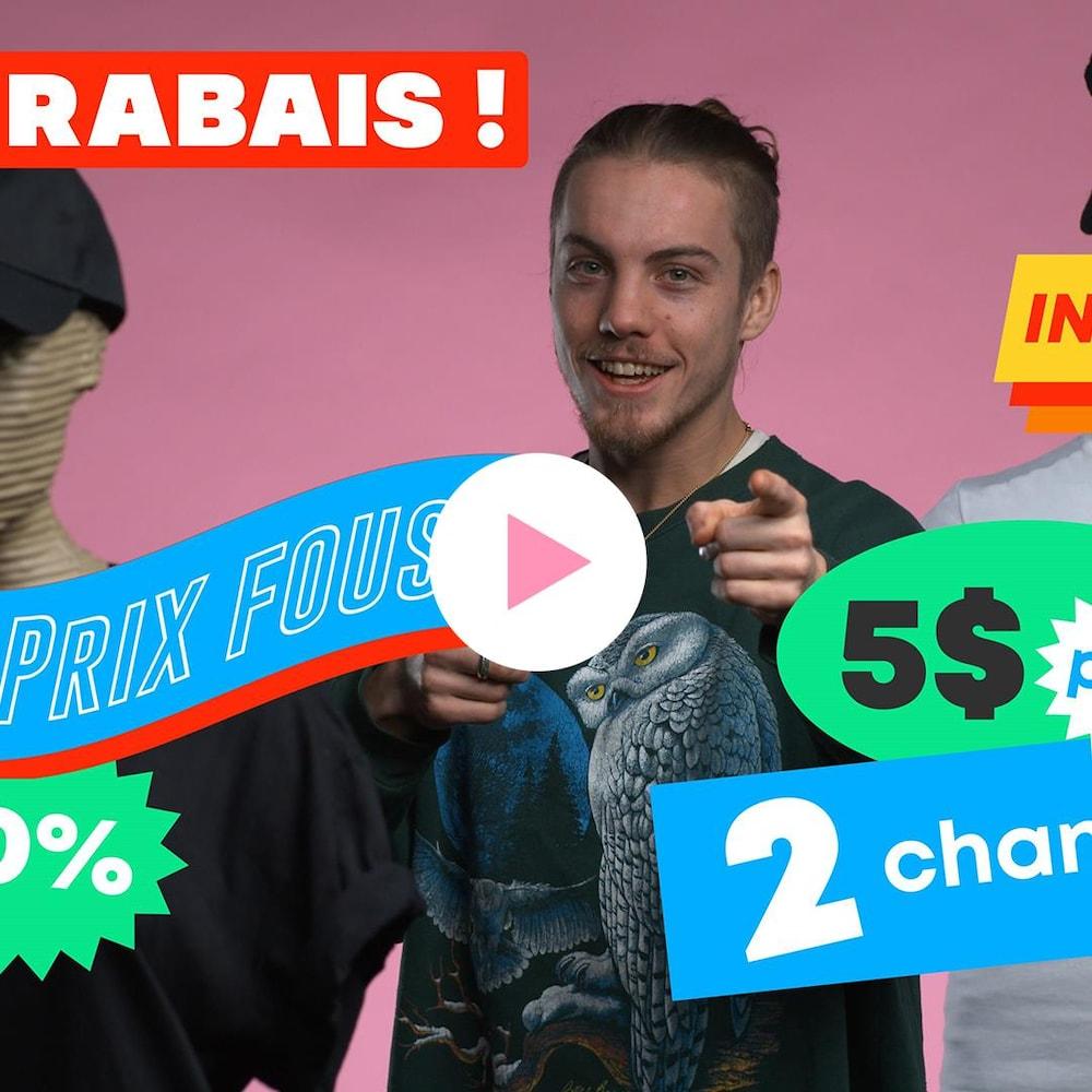 Antoine Desrochers est entouré de deux mannequins habillés avec les vêtements de MAJ. Plusieurs annonces de rabais apparaissent dans l'image.