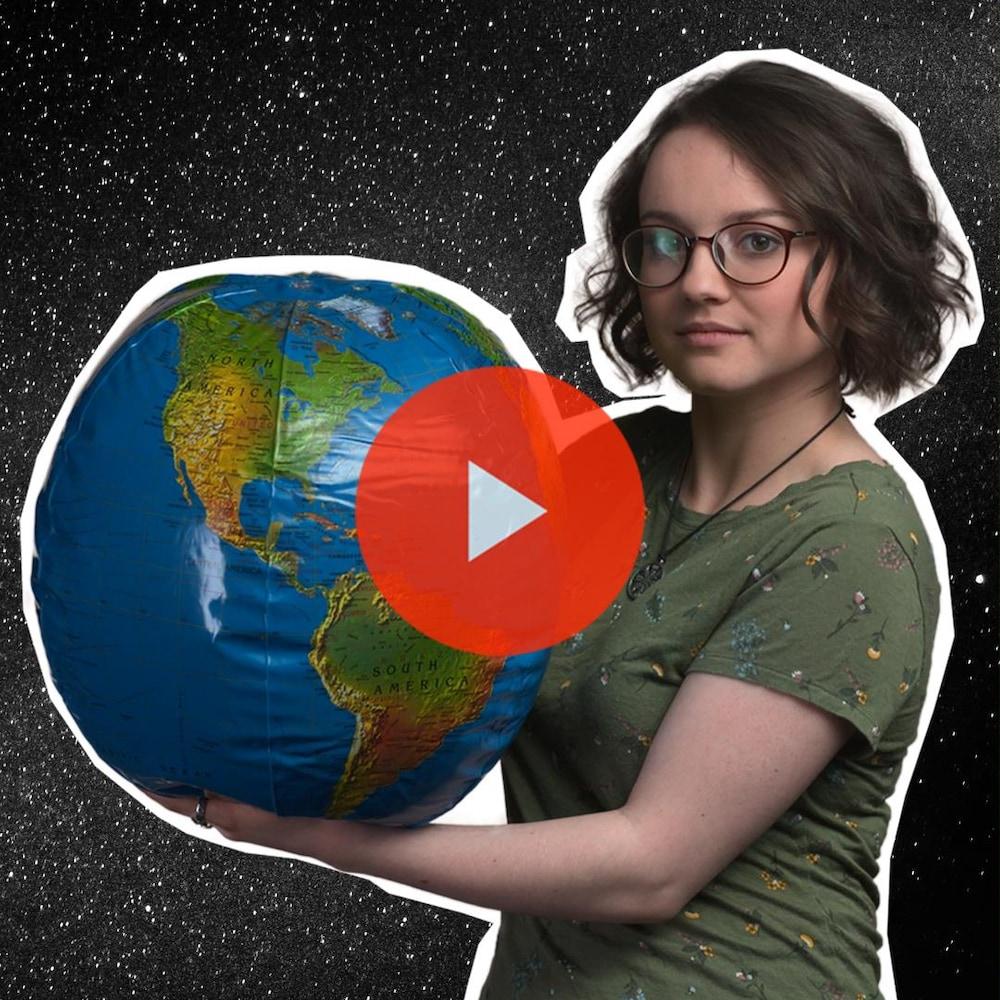 Miniature de la vidéo. Romane tient une planète gonflable entre ses mains devant un ciel étoilé.