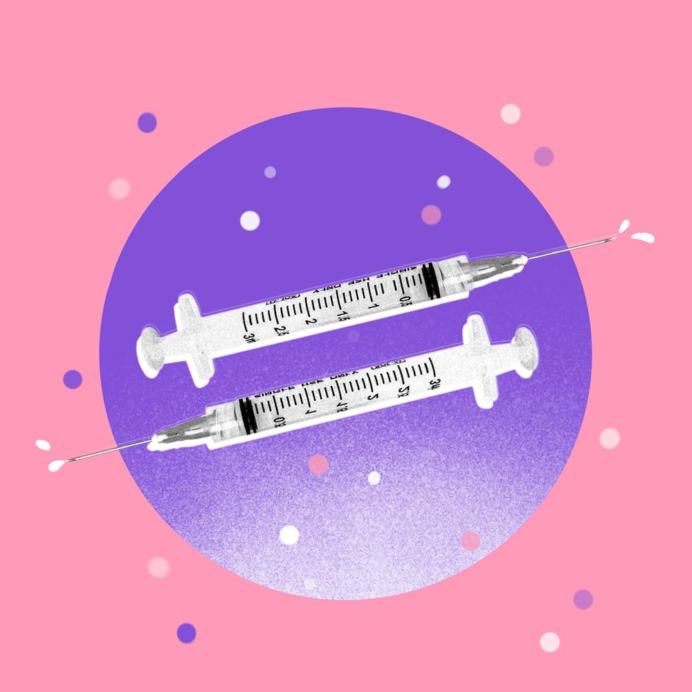 Montage visuel de deux seringues devant un cercle violet.