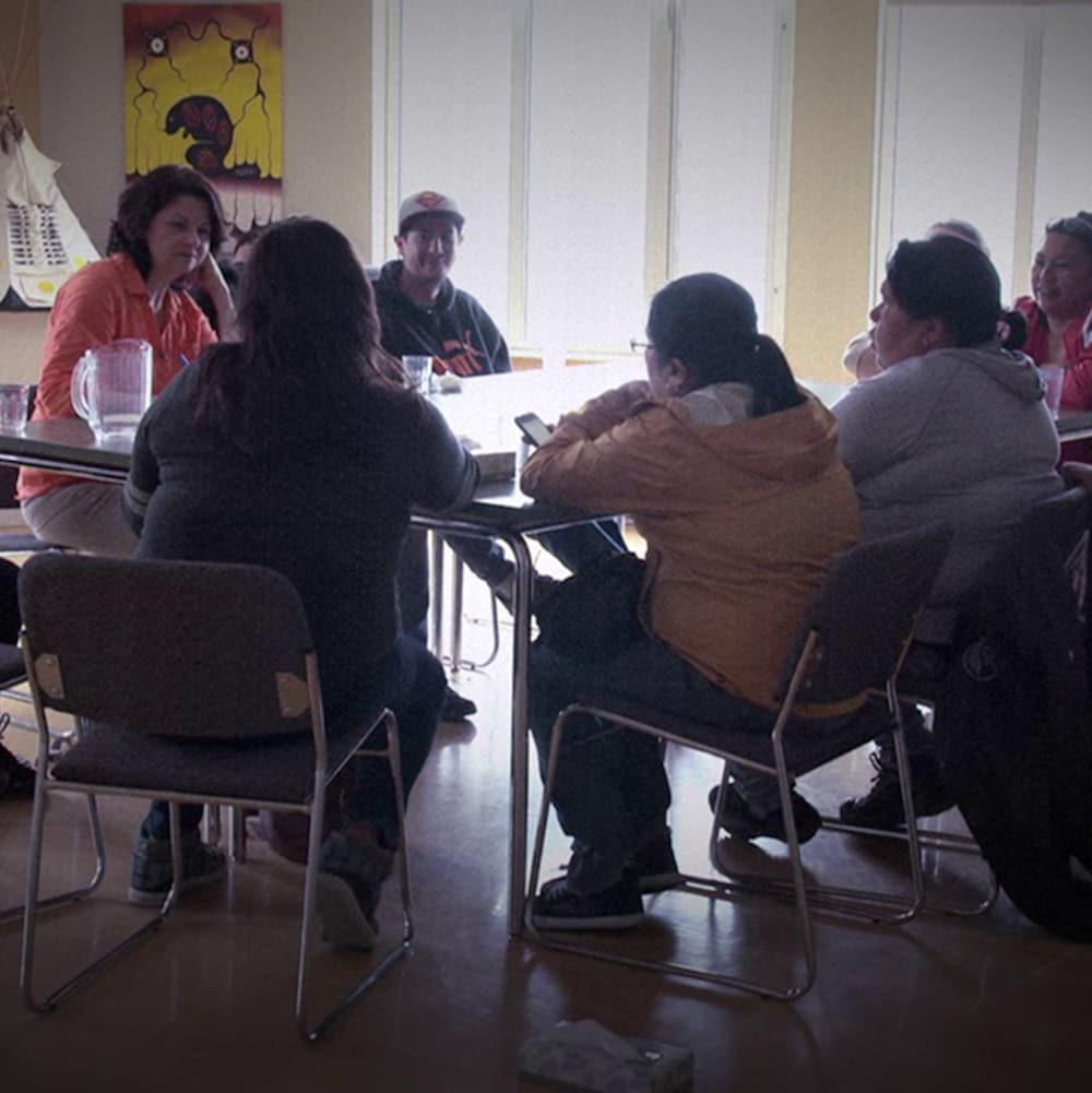 Josée Dupuis entourée de femmes autochtones qui livrent leurs témoignages.