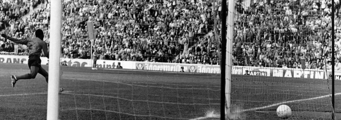 Emmanuel Sanon réagit tandis que le ballon traverse la ligne des buts.