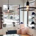 Vue depuis l'intérieur de la boutique Bouquet qui partage avec le café Pastel Rita le même local. Des chapeaux sont joliment exposés... Et l'on image le comptoir à café tout près.