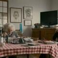 Image extraite du documentaire de Sarah Polly ''Stories we tell' dans laquelle l'on voit la réalisatrice à table avec son père âgé, elle filme avec une petite caméra la caméra qui filme l'Action.