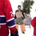 Il joue au hockey avec un enfant et Steve Bégin