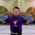 Les enfants font de la musique dans le gymnase, un jeune tient des cymbales