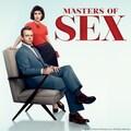 Michael Sheen (assis sur un fauteuil) et Lizzy Caplan (debout à ses côtés) les deux têtes d'affiche de la série Masters of sex