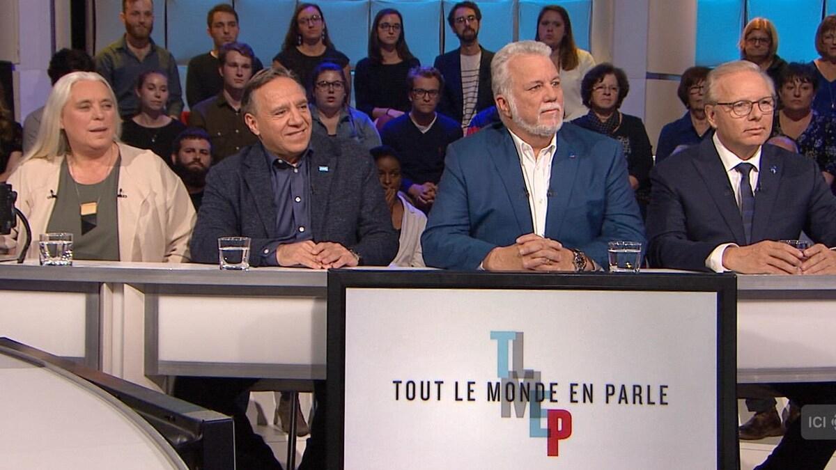 Les trois chefs et la co-porte-parole assis côte à côte sur le plateau de l'émission «Tout le monde en parle»
