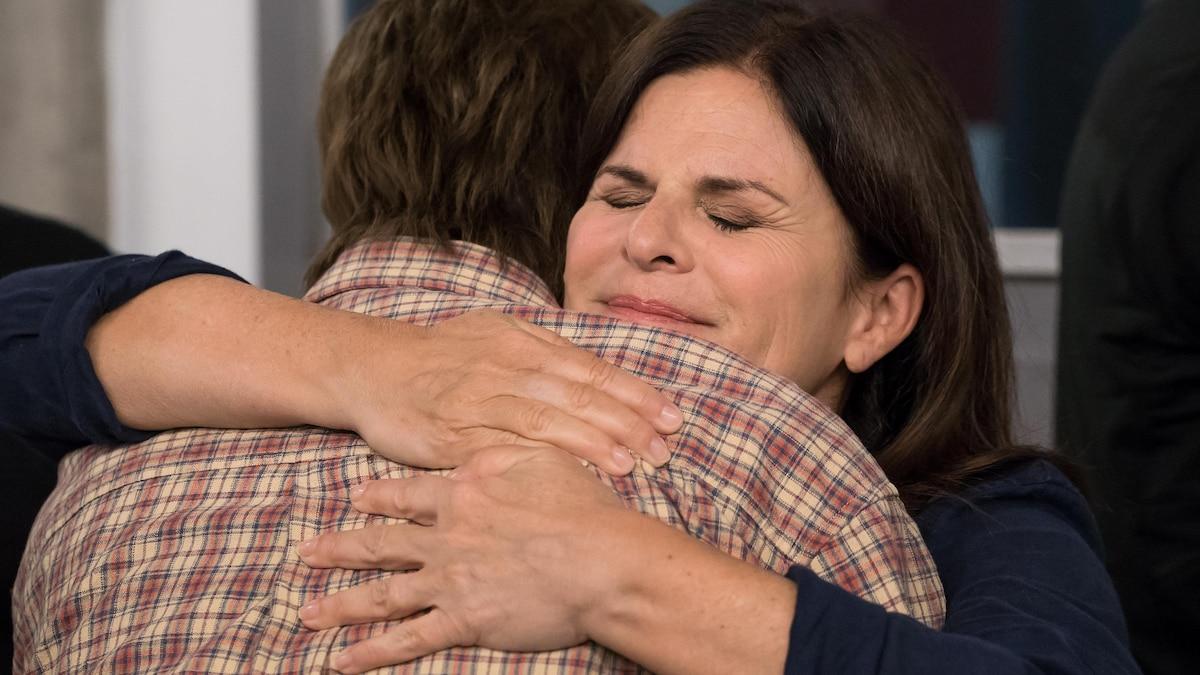 Deux femmes se serrent dans leurs bras.