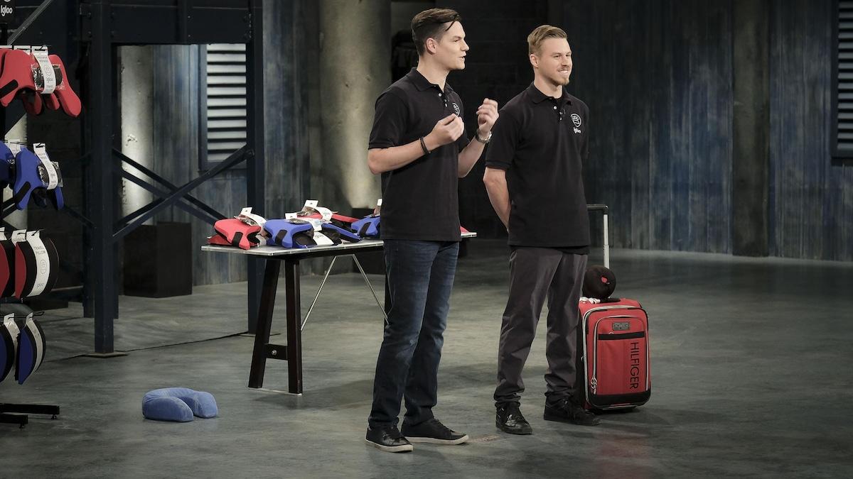 Philippe et Simon sont devant un présentoir qui contient leurs oreillers.