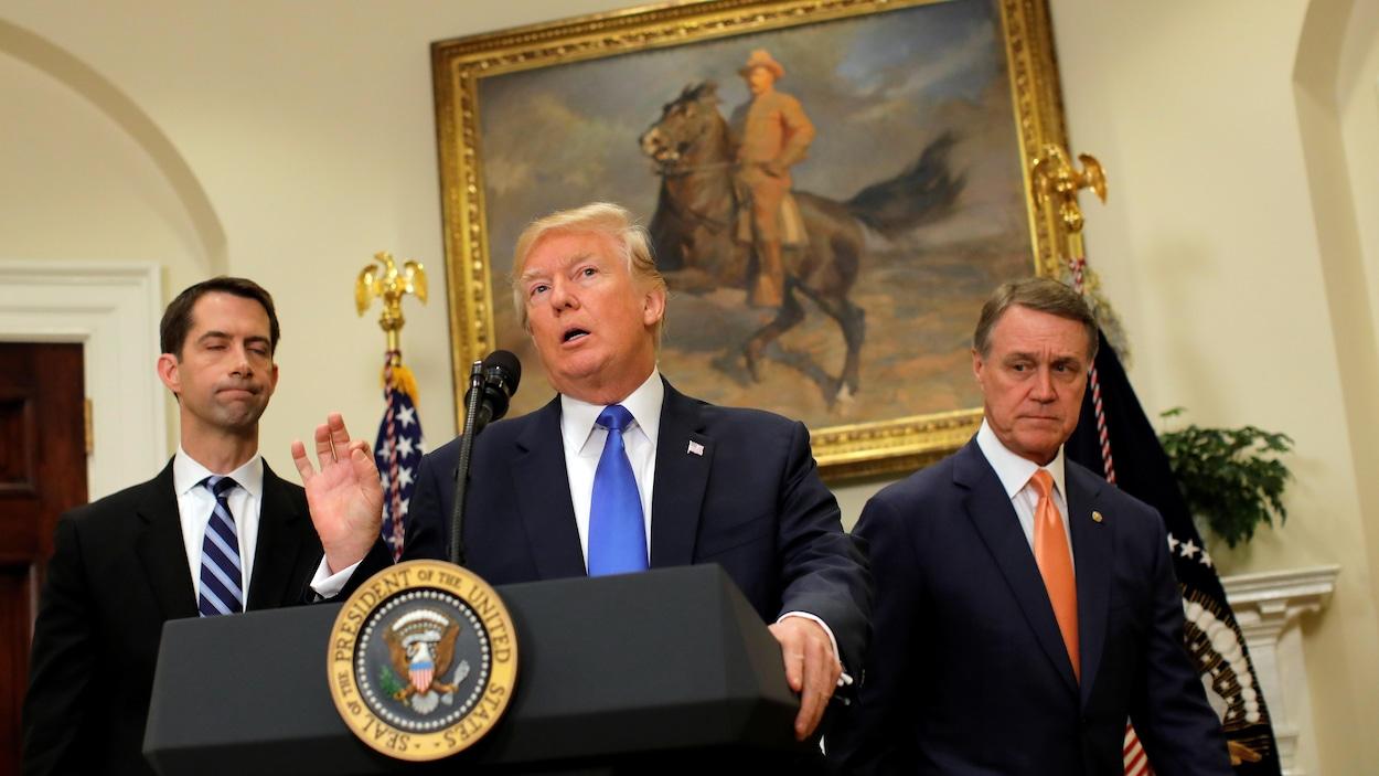 Le sénateur républicain Tom Cotton, le président américain Donald Trump, et le sénateur républicain David Perdue