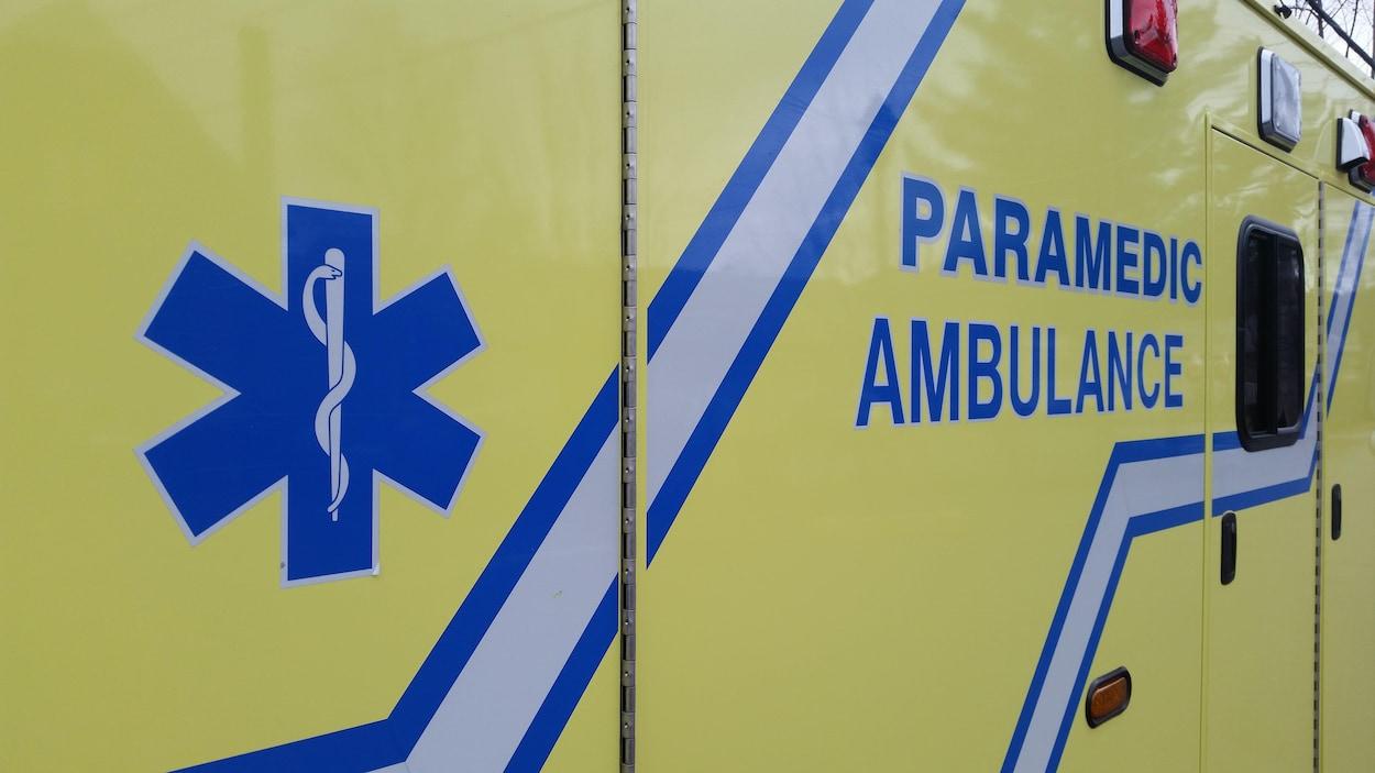 Une ambulance vue de côté