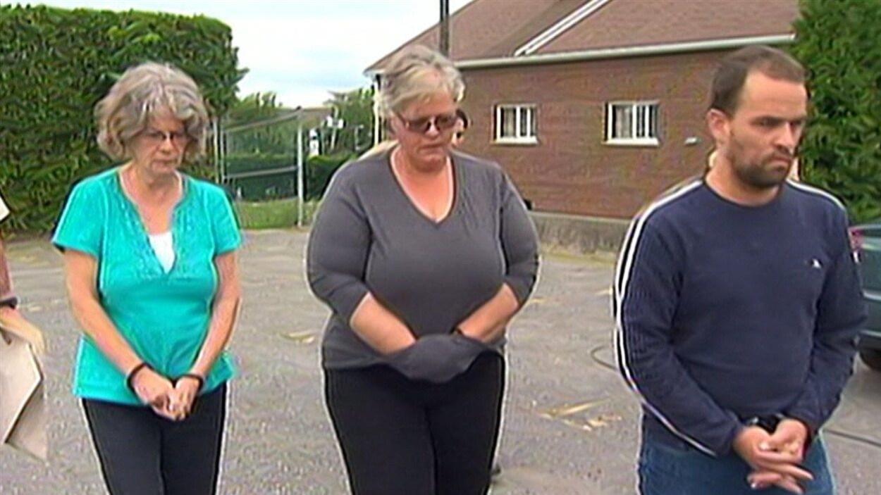 Les trois suspects ont été arrêtés et menottés.