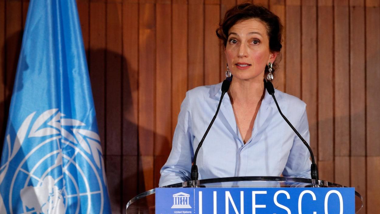 Audrey Azoulay parle aux médias au siège social de l'organisation, à Paris.