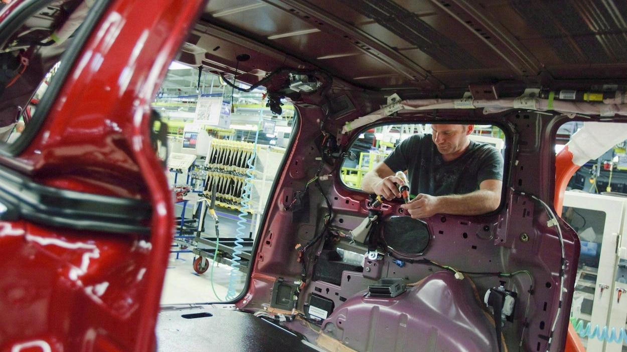 Un travailleur de l'usine Fiat Chrysler à Windsor.