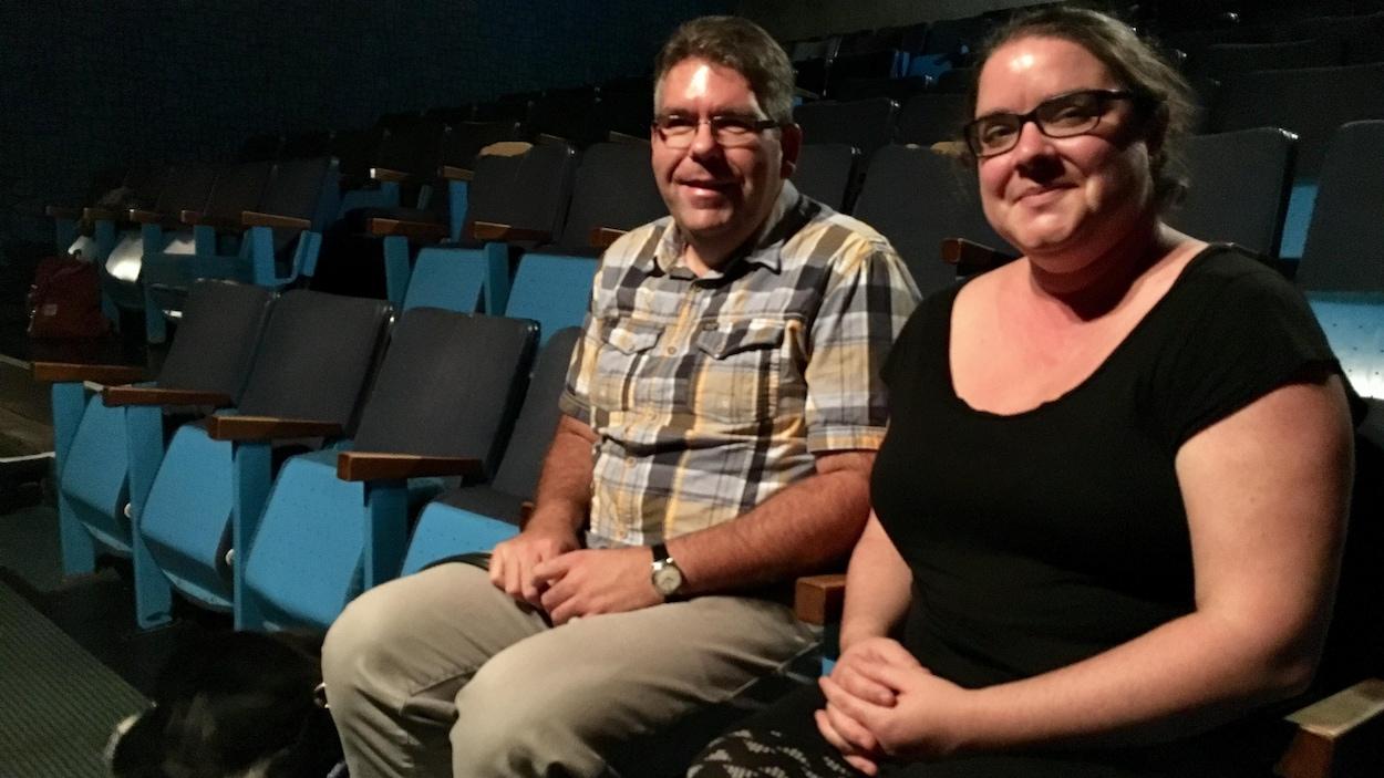 Jimmy Rouleau, président de l'Association des personnes handicapées visuelles du Bas-Saint-Laurent et Valérie Mongrain, directrice générale de Paraloeil, sont assis dans une salle de cinéma.