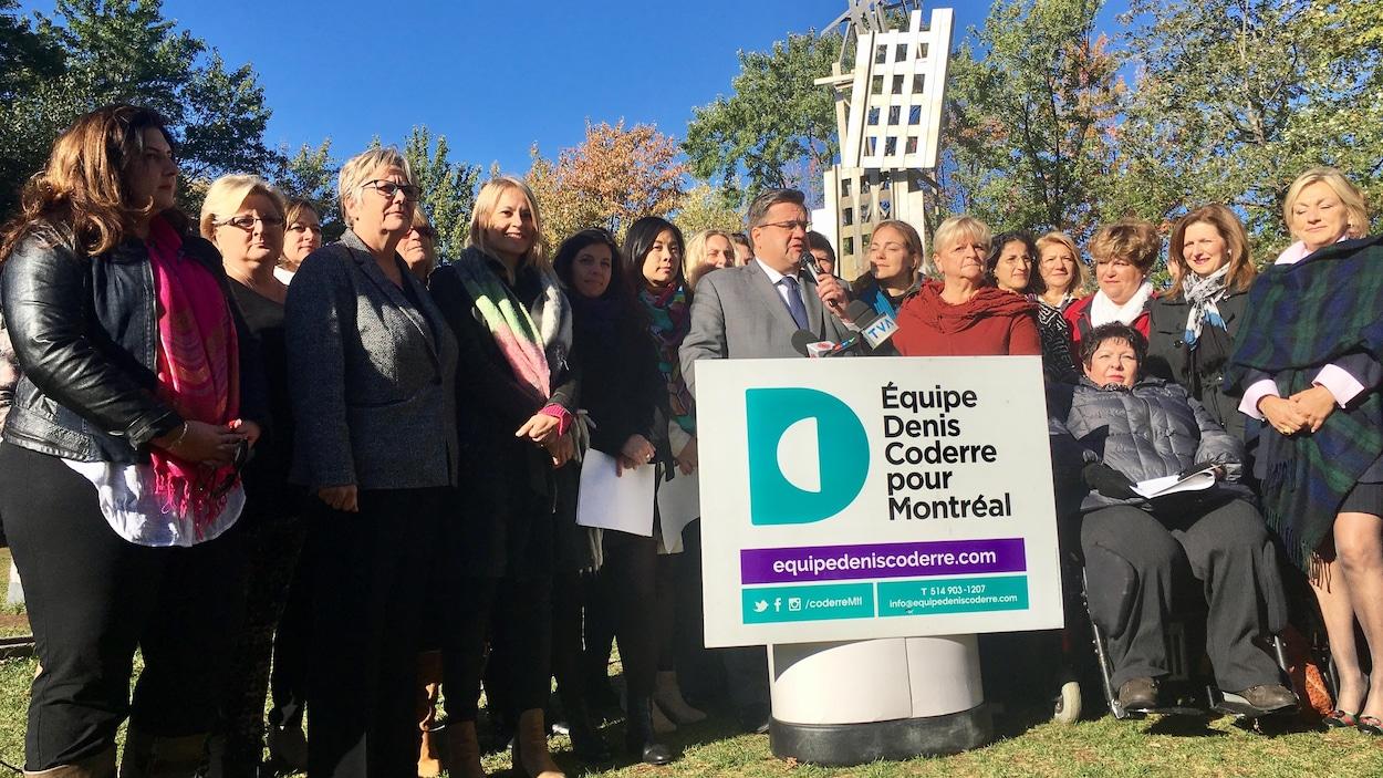Le maire sortant de Montréal, Denis Coderre, entouré de plusieurs candidates de son équipe, le jeudi 12 octobre 2017, au parc Émilie-Gamelin.