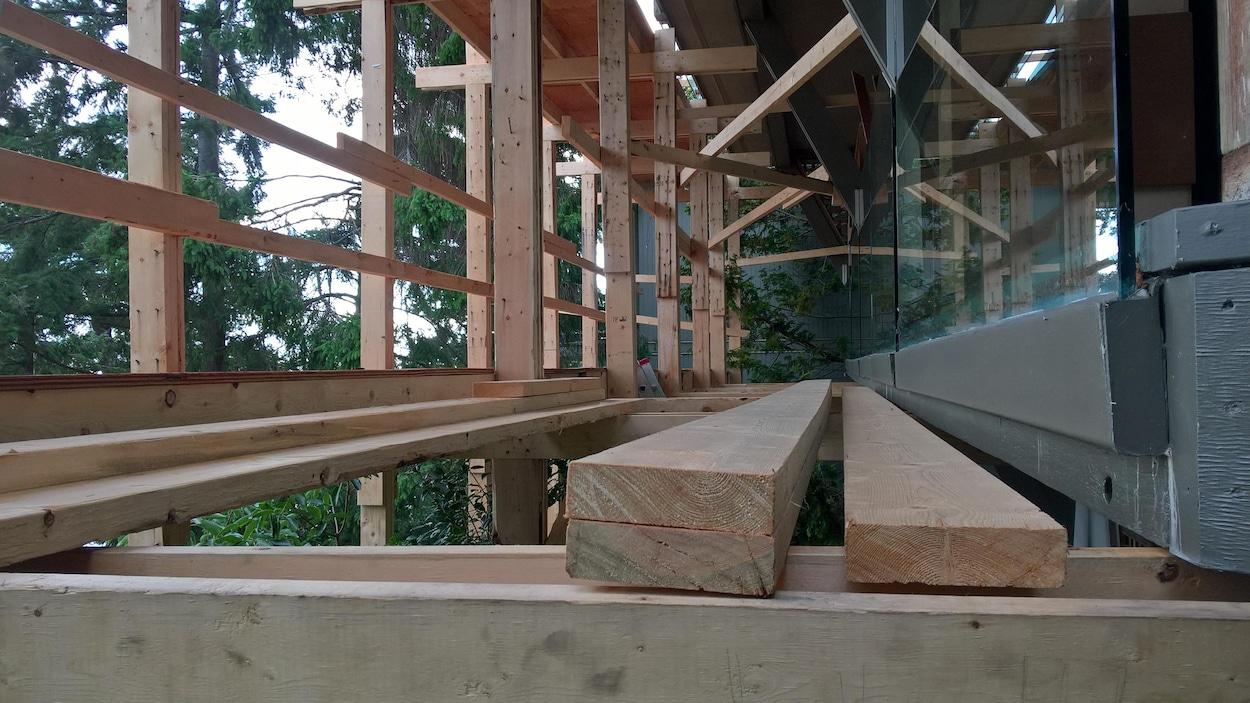 Une armature en bois dans une maison en construction à West Vancouver en Colombie-Britannique