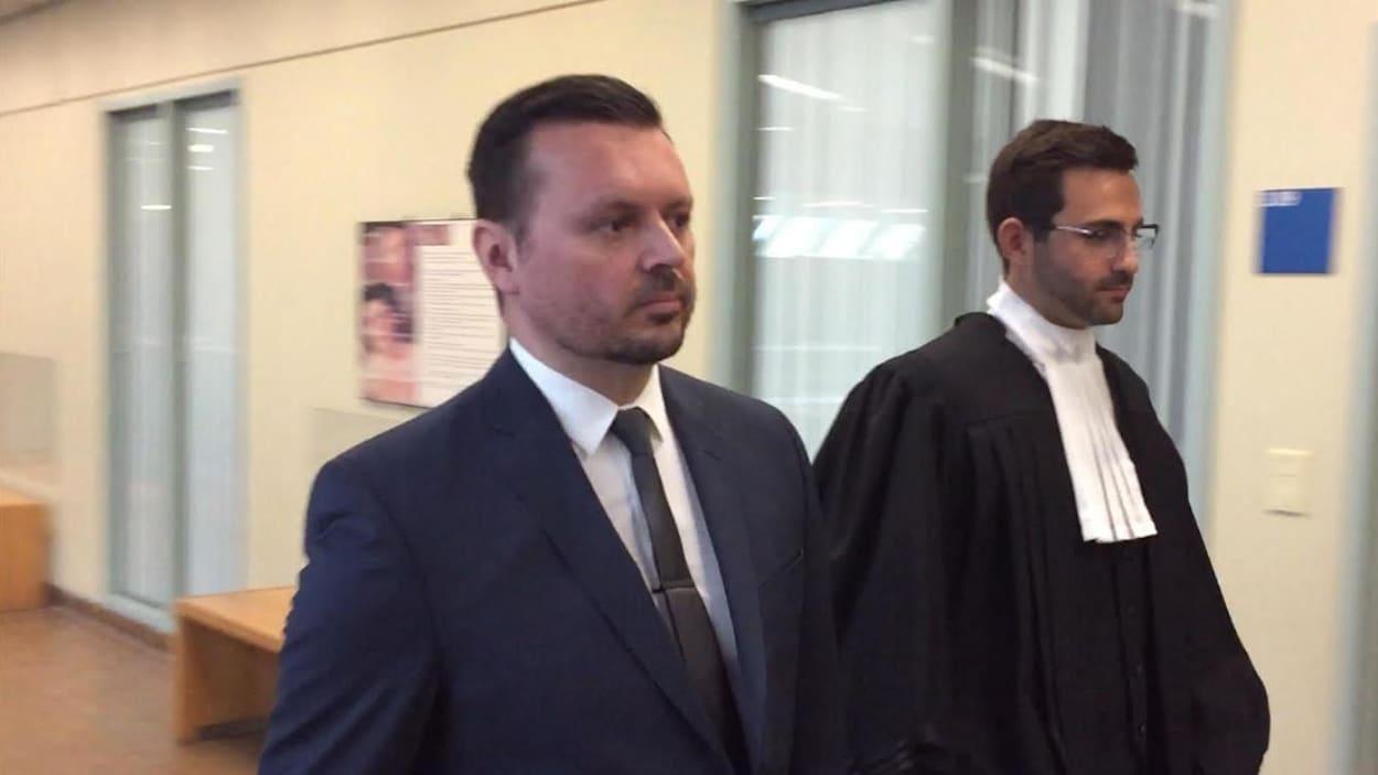 Il est accompagné de son avocat