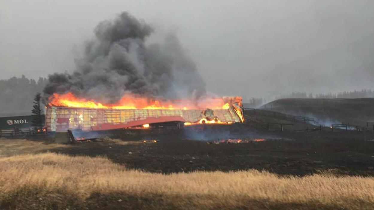 Un bâtiment complètement englouti par les flammes