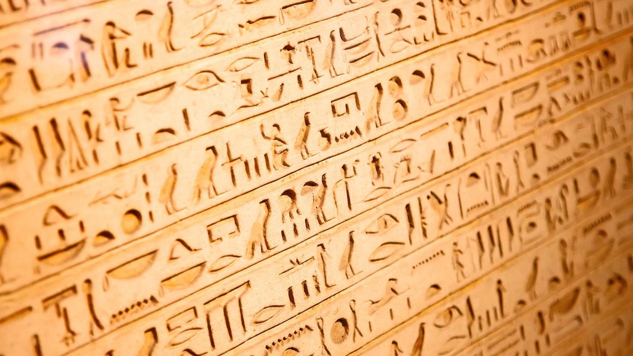 Des hiéroglypes sculptés à même un mur.