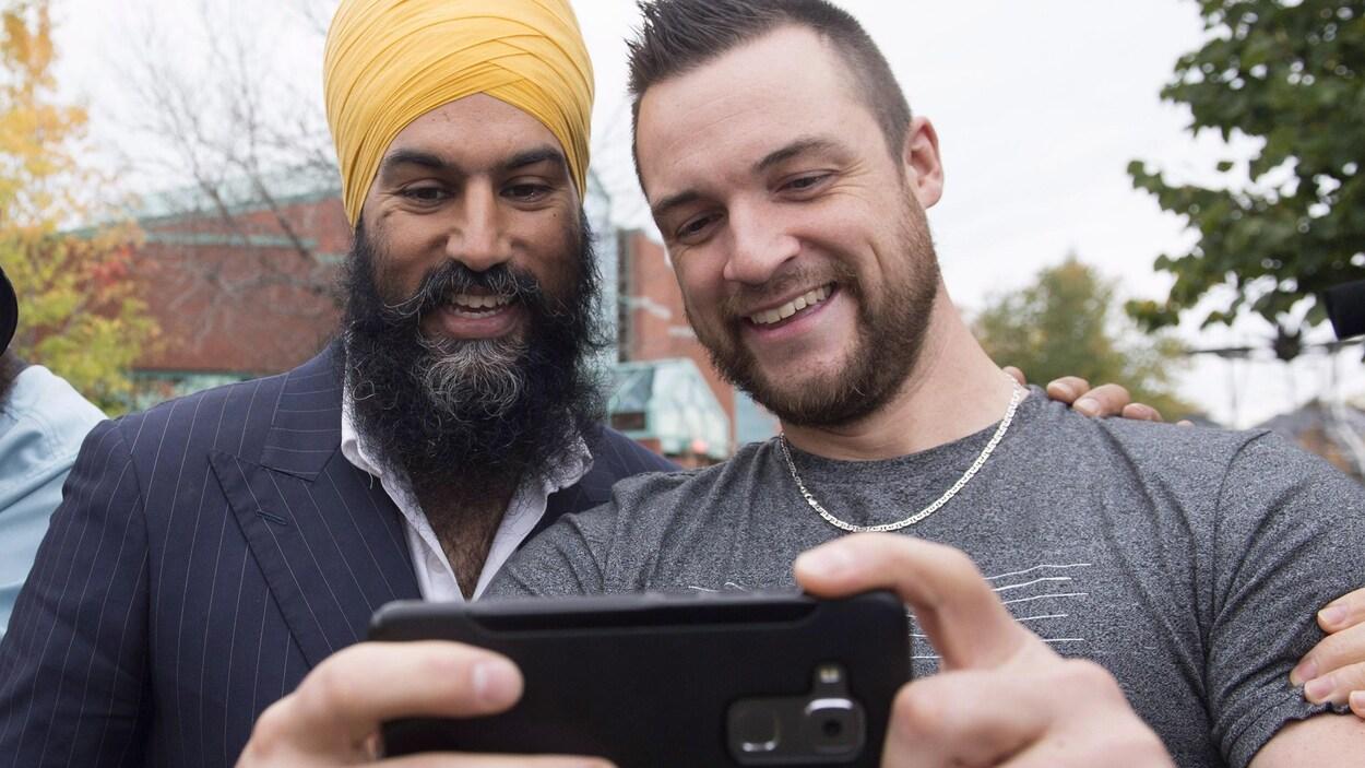 Jagmeet Singh et Mathieu Dallaire, un Jeannois venu saluer le nouveau chef du NPD, sont tout sourire au moment de prendre un égoportrait ensemble.