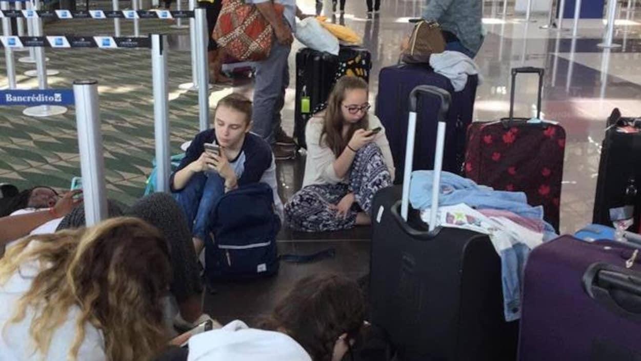 Des  jeunes Fransaskois à l'aéroport en attente de leur retour du Costa Rica en avril dernier.