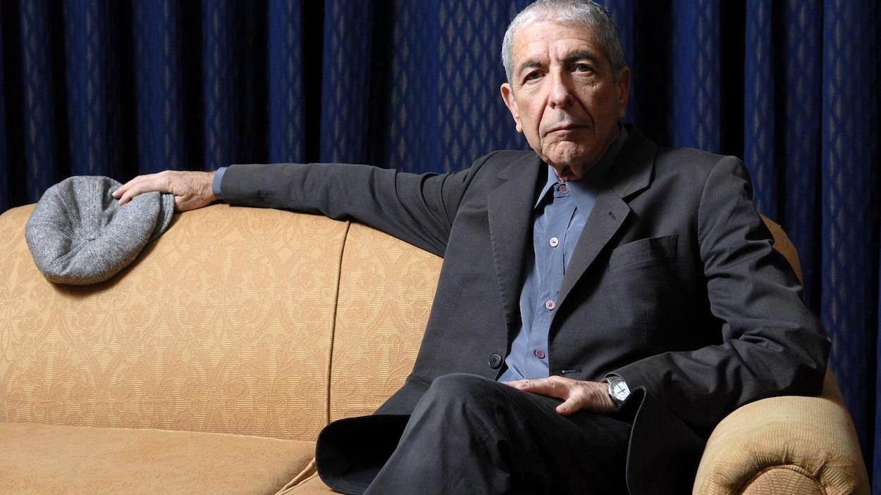 Leonard Cohen, assis, en 2006