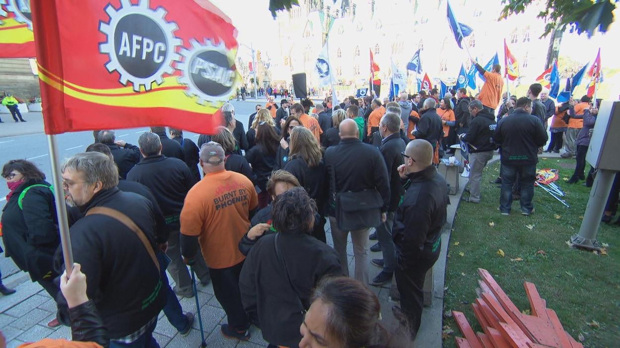 Les manifestants sont sur le trottoir devant le bureau du premier ministre.