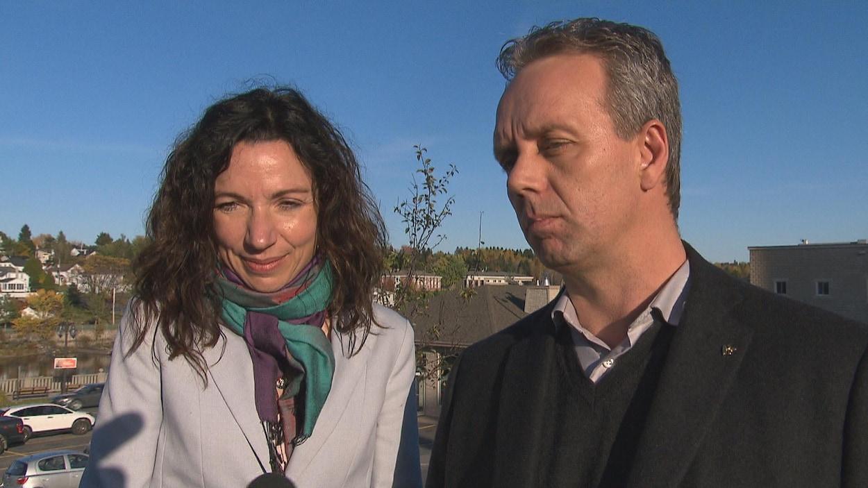 La chef du Bloc Québécois, Martine Ouellet et le candidat bloquiste dans Lac-Saint-Jean, Marc Maltais à Alma le 12 octobre 2017