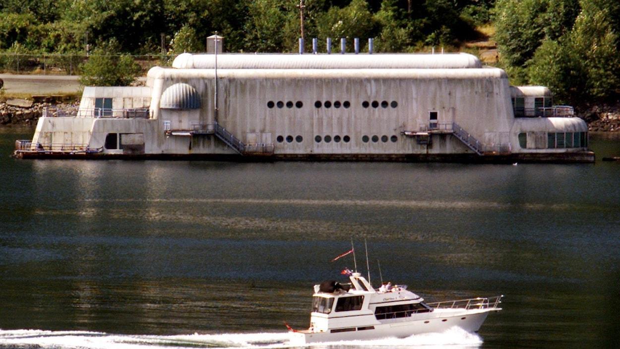 La McBarge remorquée à un port