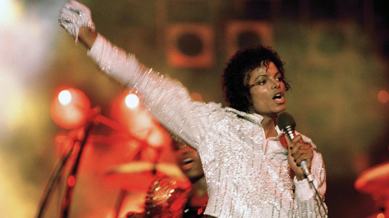 Michael Jackson chante lors de la « Victory Tour » en 1984