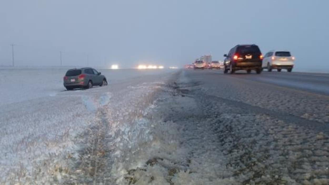 Des sorties de route ont eu lieu lundi matin sur l'autoroute 2, entre Airdrie et Balzac, en raison de la neige.