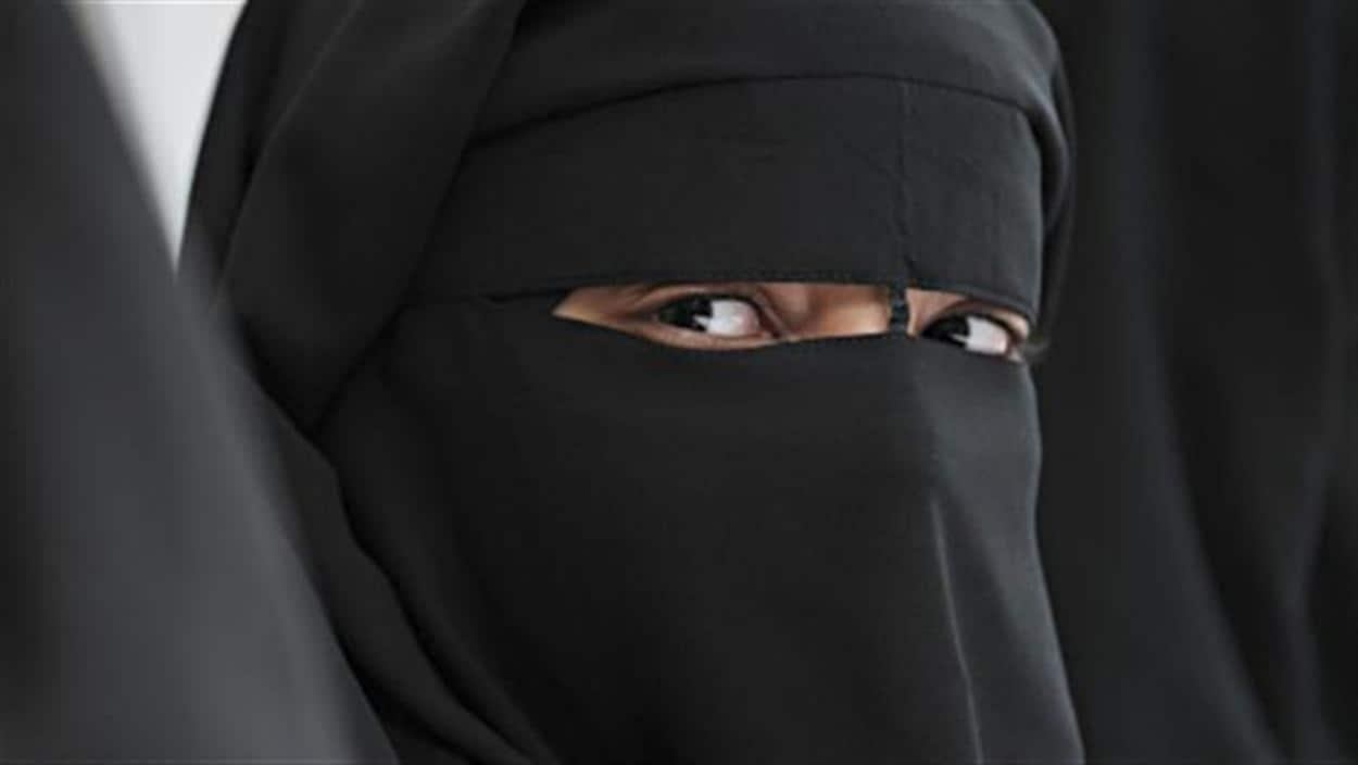 Une femme porte un niqab.