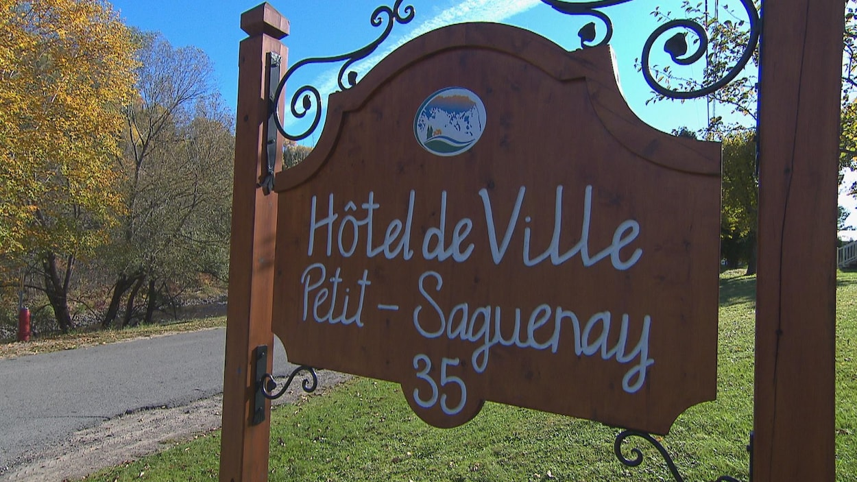 L'affiche de l'hôtel de ville de Petit-Saguenay en bordure de la route.