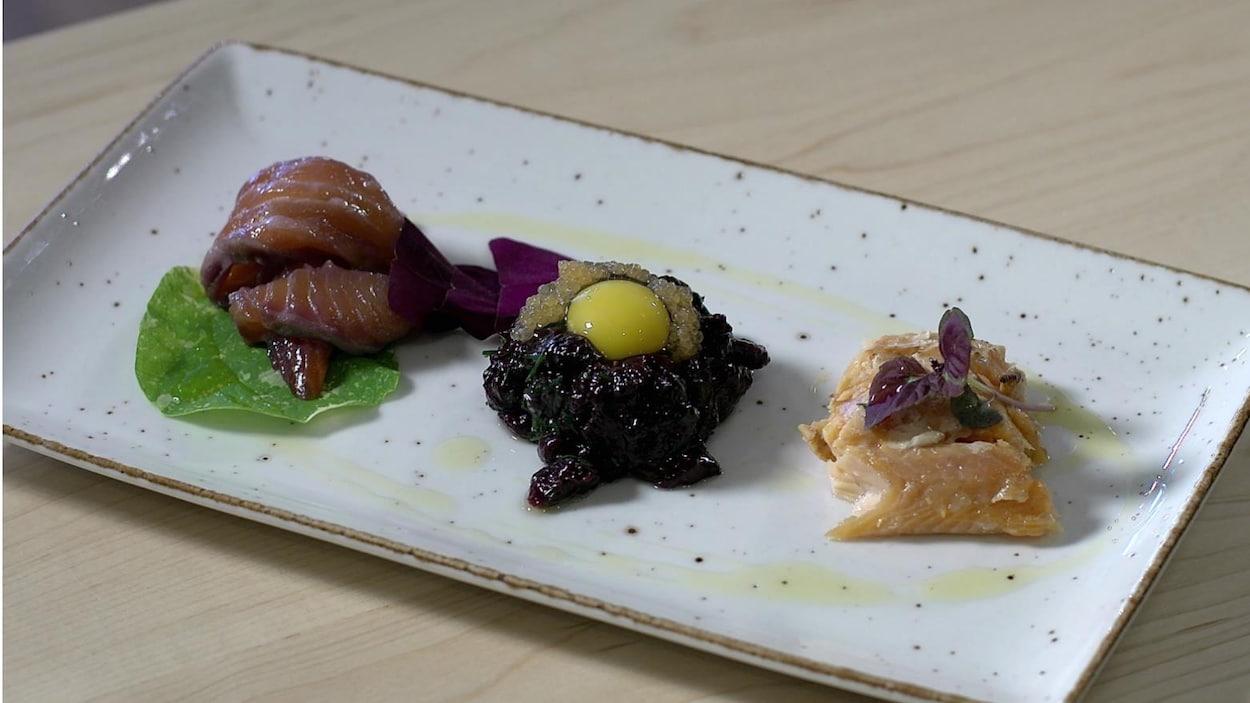 Photo d'une assiette contenant différentes viandes dont du phoque cru