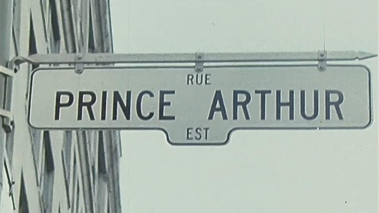 Panneau de signalisation de la rue Prince-Arthur en direction est.