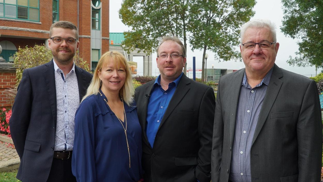 Les quatre candidats de Renouveau Lévis devant l'hôtel de ville.