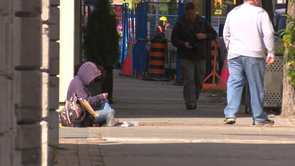 Un sans-abri sur le trottoir