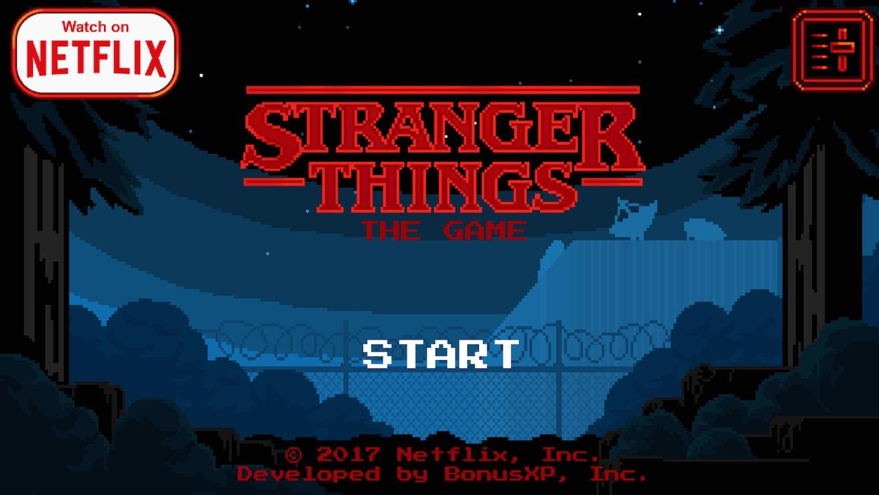 Une capture d'écran du jeu vidéo Stranger Things - The Game montrant le logo de la série devant un fond sombre et pixellisé d'une clôture barbelée au bord d'une forêt.