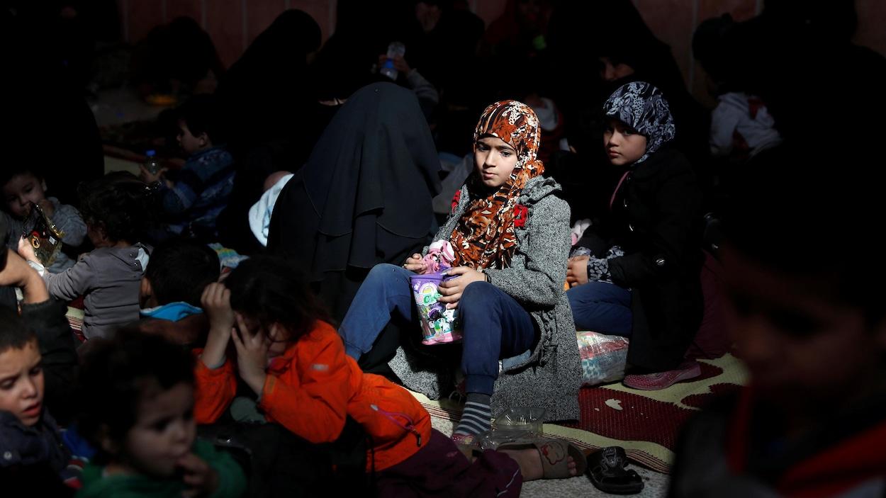 Des civils qui se sont échappés de combattants du groupe armé État islamique se sont réfugiés dans une mosquée de Raqqa en Syrie le 12 octobre 2017