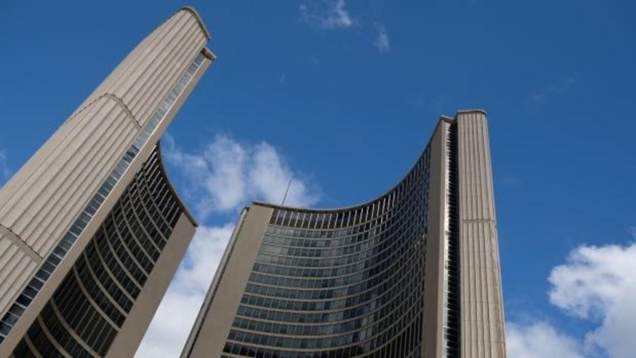 une vue d'immeubles dans le centre-ville de Toronto.