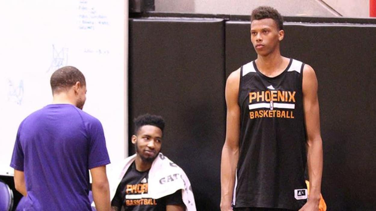 Les Suns de Phoenix ont fait signer un contrat à l'ailier français Tidjan Keïta, qui a joué au niveau collégial pour l'Académie de basketball du Cégep de Thetford.