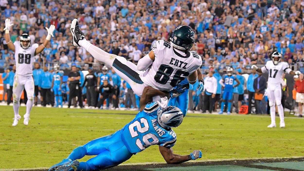Zach Ertz, des Eagles de Philadelphie, attrape une passe de touché dans un match contre les Panthers de la Caroline.