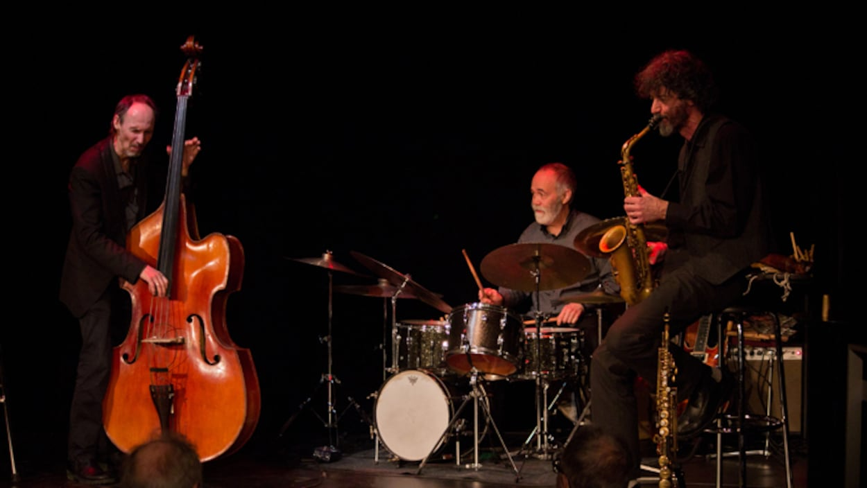 Le Trio CBC en concert. On y voit Alain Boies aux saxophones et les frères Côté, Pierre (contrebasse) et Michel (batterie).