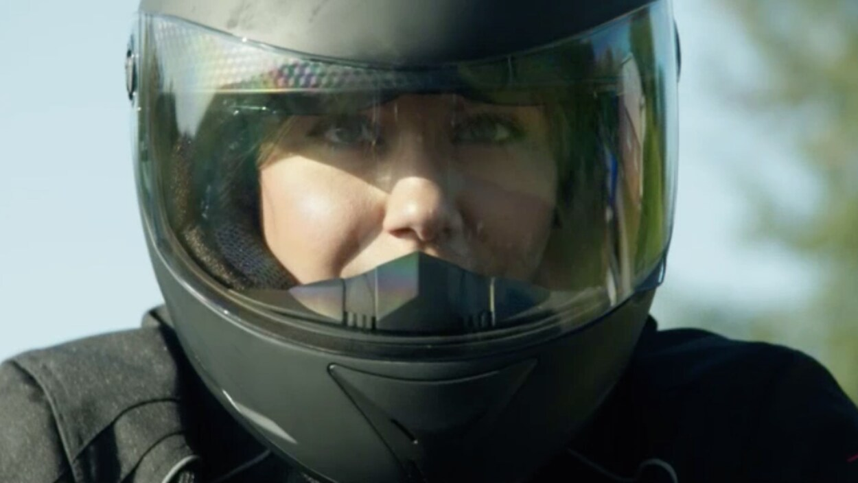 Nadine porte son casque de moto