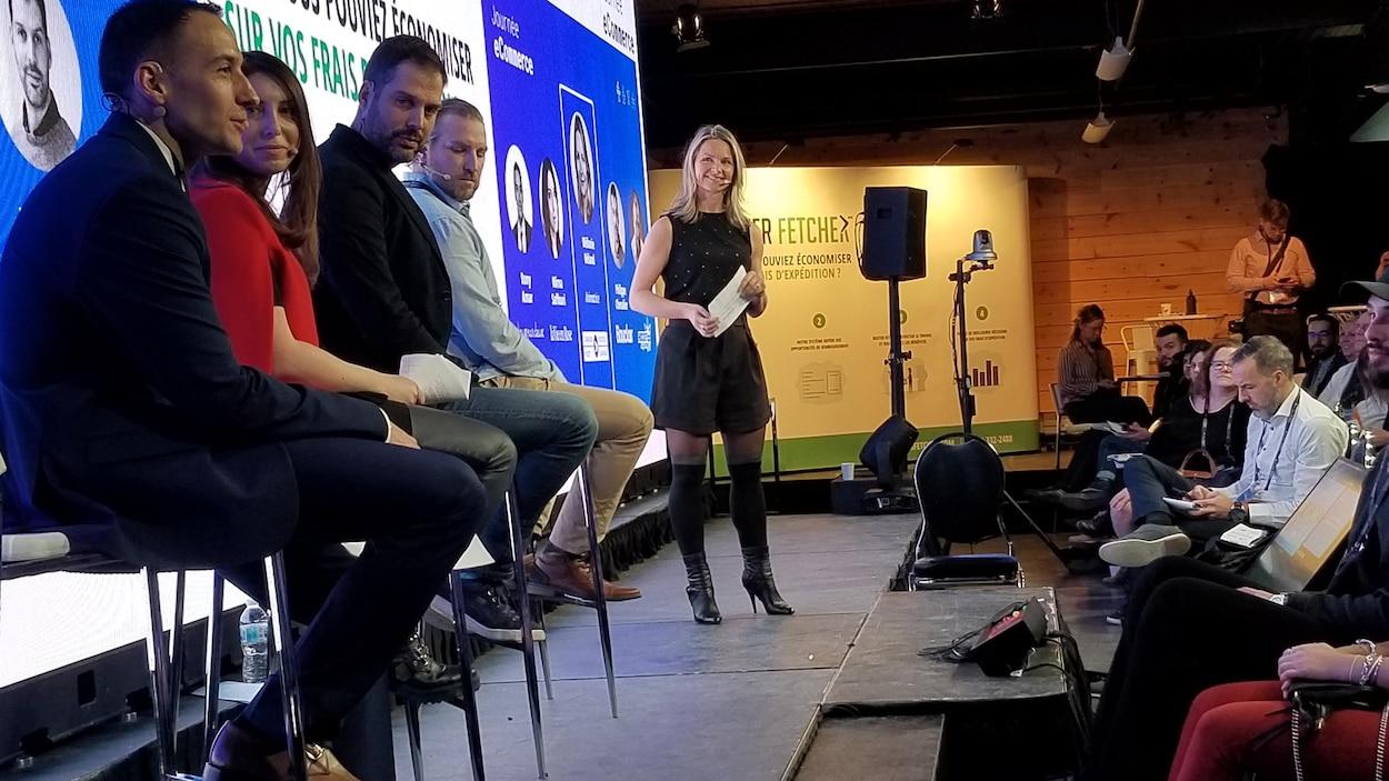 Cinq personnes sur une scène.
