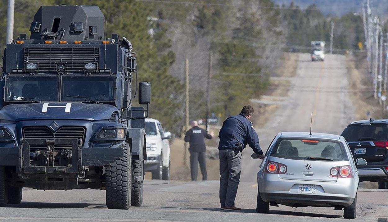 Des policiers interceptent des véhicules.