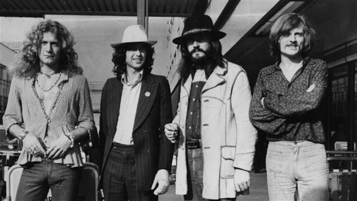 Les quatre hommes posent pour la caméra.
