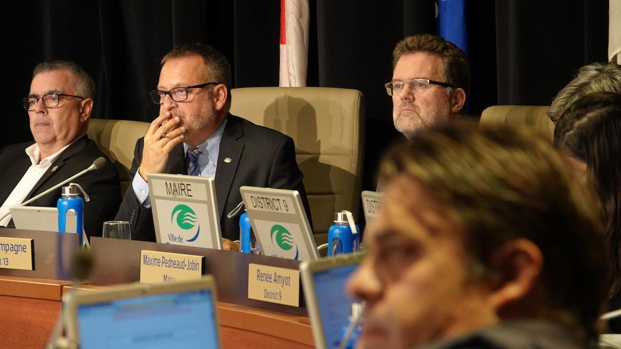 Un maire et des conseillers au conseil municipal de Gatineau.