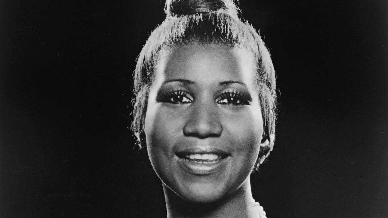 Aretha Franklin, alors âgée de 35 ans, sourit et regarde l'objectif.